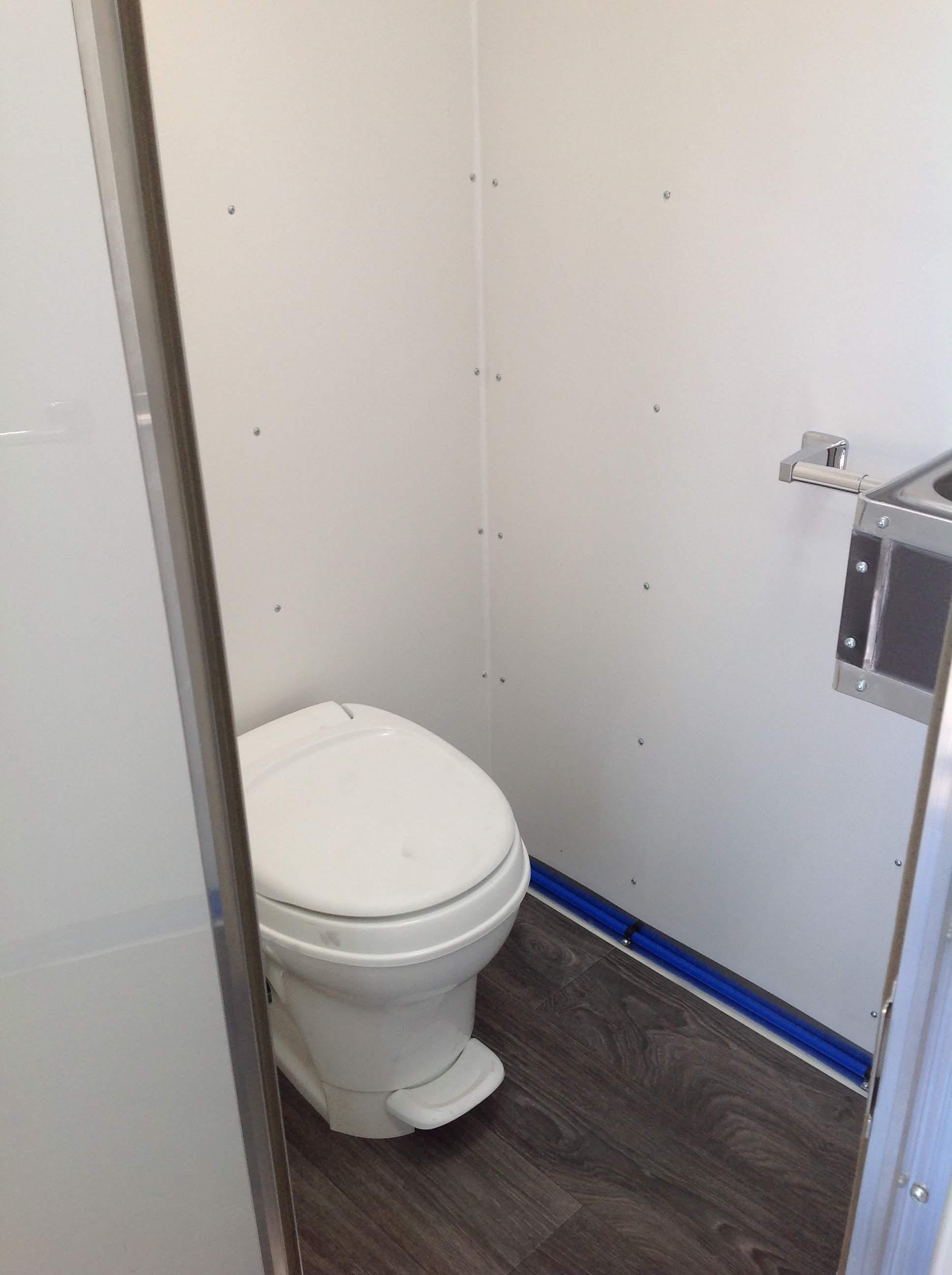 Foodtruck built in toilet 14